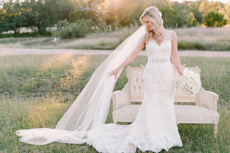 Вечная классика: какие свадебные причёски с фатой выбирают современные невесты